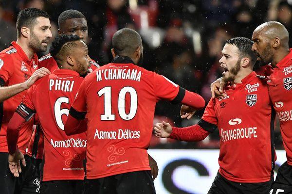 La joie des joueurs de l'EA Guingamp après la penalty transformé par Pelé, offrant la victoire aux Bretons contre Auxerre (1-0).