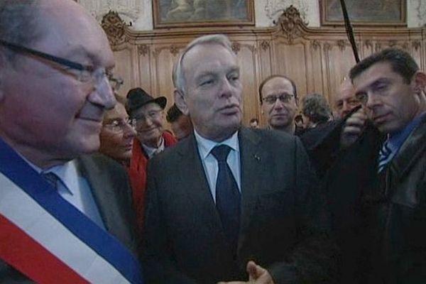Jean-Marc Ayrault dans les locaux de la mairie de Caen / 14 janvier 2013