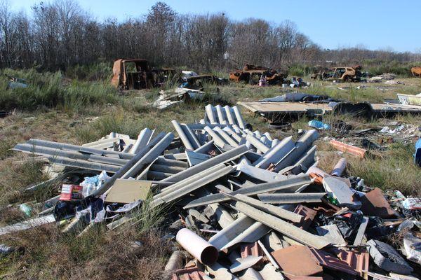 Des tôles et des gravats provenant d'entreprises locales sont déchargés sauvagement depuis des années sur un terrain vague à Kaltenhouse.
