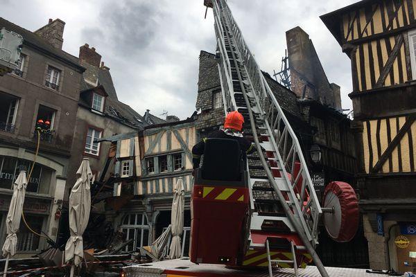 Les pompiers mobilisés sur l'incendie qui a ravagé un bâtiment du centre historique de Dinan