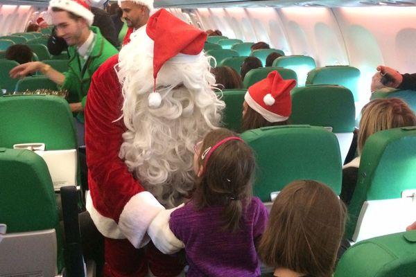 Le Père Noël à la rencontre des enfants malades de l'hôpital pédiatrique de Bullion, dans un avion faisant cap sur la Laponie.