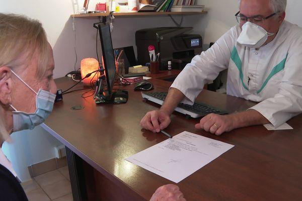 Consultation pendant la pandémie de la Covid 19 chez Eric Menat, médecin à Muret près de Toulouse.