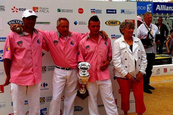 L'équipe Dugény reçoit son prix