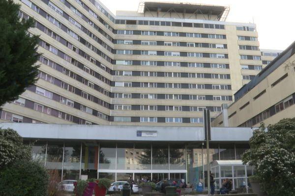 Le CHU Pellegrin de Bordeaux, aussi appelé tripode, est référent en matière de maladies infectieuses en Nouvelle-Aquitaine, tous les patients suspects y sont transférés