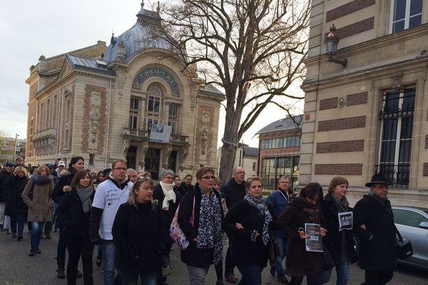 Environ 200 personnes ont répondu à l'appel de l'association Charlie et ses drôles de dames pour une marche en hommage aux victimes de tous les attentats.