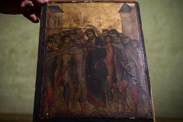 """""""Le Christ moqué"""", accroché dans une maison de Compiègne dans l'Oise, date de 1280. Peint par le maître italien Cimabue, il est estimé entre 4 et 6 millions d'euros."""