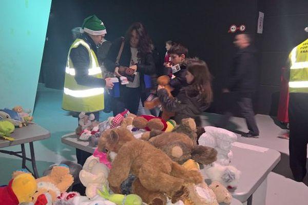 Vente et collecte de jouets au profit du secours populaire en marge du match SIG-Dijon