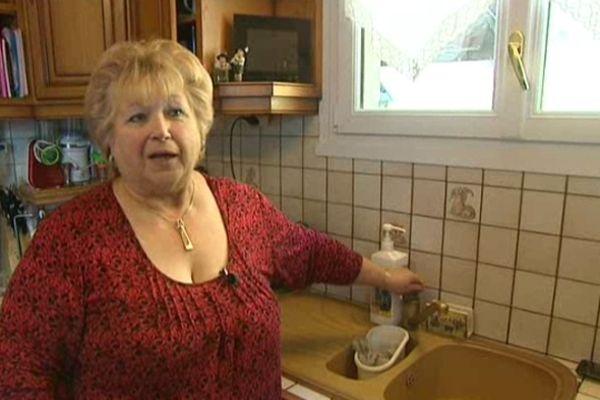 """""""On se lave et on cuisine avec les bouteilles d'eau, sinon on la fait bouillir, comme dans le temps"""" explique Mireille, une habitant du hameau de Sur Marcelly."""