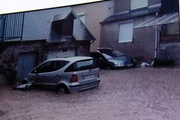 Un habitant de Gavray montre une photo prise jeudi soir juste après l'orage
