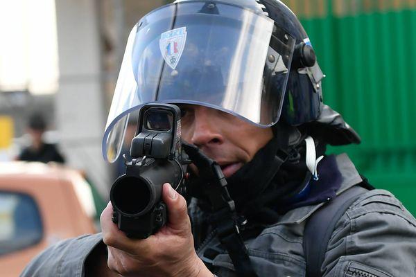 Un lanceur de balles de défense (LBD) en action. (image d'illustration)