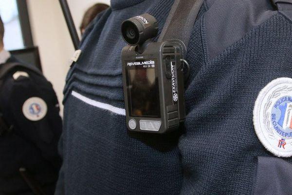 Un policier muni d'une caméra-piéton, le 8 avril 2016 aux Mureaux, dans les Yvelines.