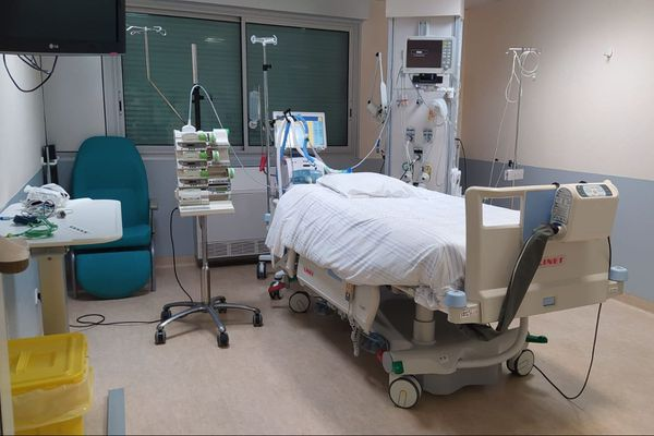 Une chambre prête à accueillir un patient dans le service réanimation de la clinique Pasteur