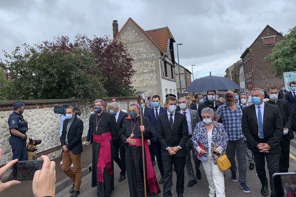 La procession de personnalités se dirige vers l'église, aux côtés du ministre de l'intérieur, Roseline Hamel, la soeur du prêtre assassiné il y a 4 ans.