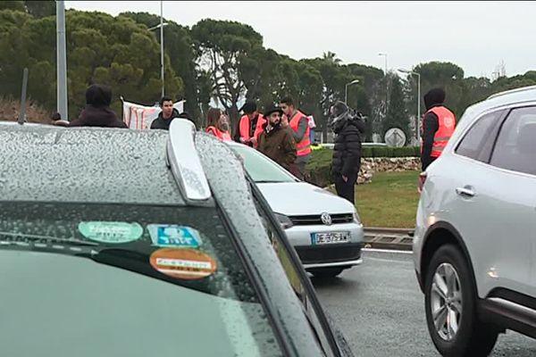Le chauffeurs de VTC laissent passer les véhicules au compte-gouttes.