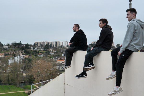 De gauche à droite : Alexis Couture, Sacha Pinaud, Paul Troubat (Poitiers Parkour).