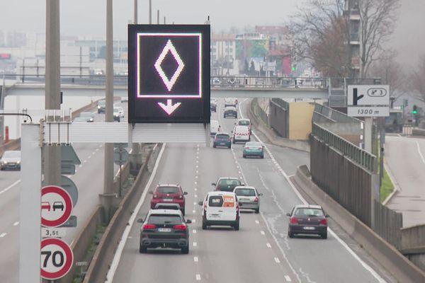 La voie de covoiturage est matérialisée sur la voie de gauche par ce losange lumineux.