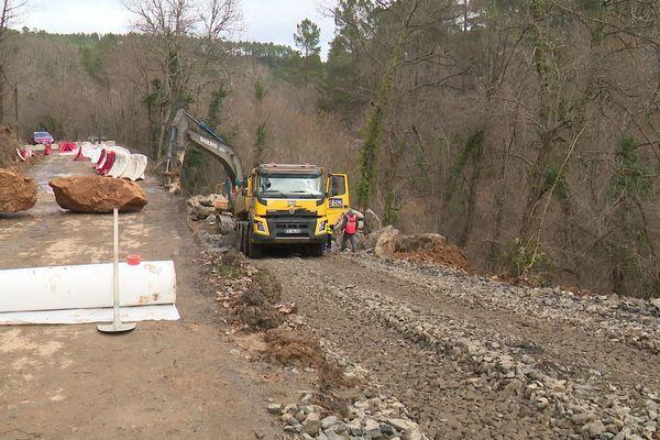 Des travaux sont en cours sur la route normalement empruntée pour rallier Bugarach depuis Rennes-le-Château - février 2020.