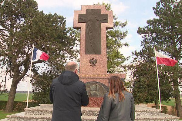 Mélanie Kordas devant le mémorial des soldats polonais volontaires tombés le 9 mai 1917