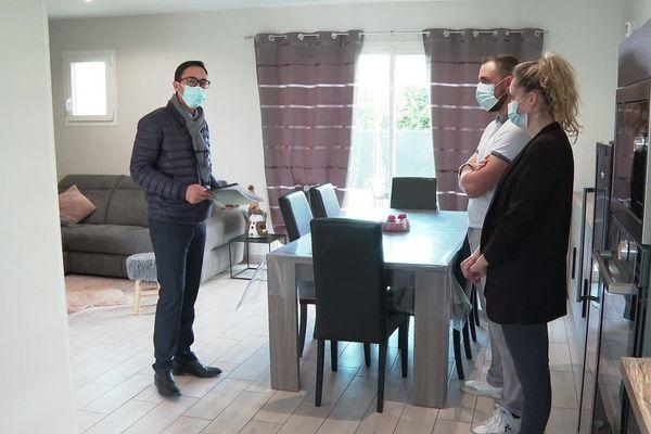 Cet agent immobilier doit faire respecter le protocole sanitaire lors des visites.