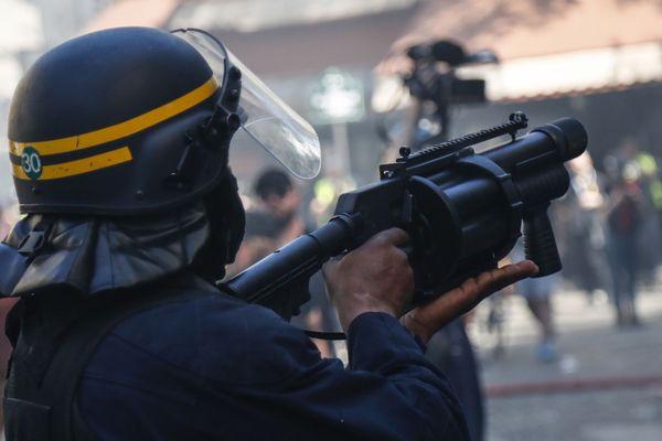 Illustration. Tir de grenade par un CRS lors d'une manifestation.
