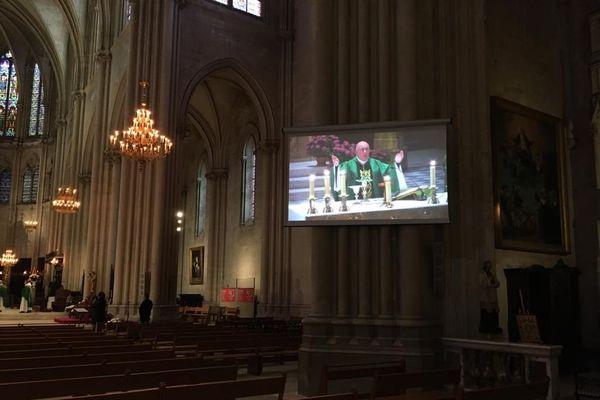 L'autel de la cathédrale et la cérémonie de l'eucharistie ont pu être visionnée par les fidèles restés chez eux.