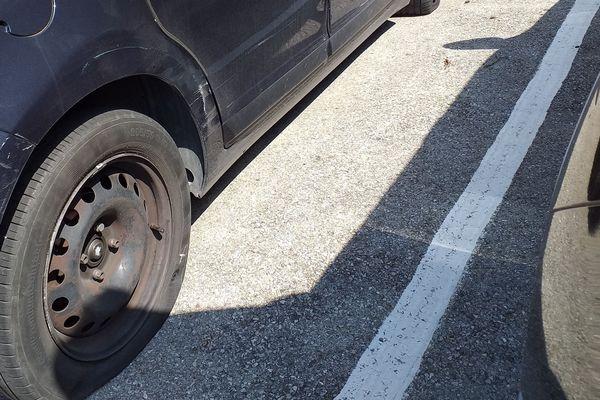 Certains véhicules avaient les 4 pneus crevés.