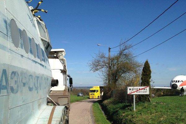 A gauche, avion postal de l'Aeroflot. A droite, la Caravelle installée ici depuis 1985.
