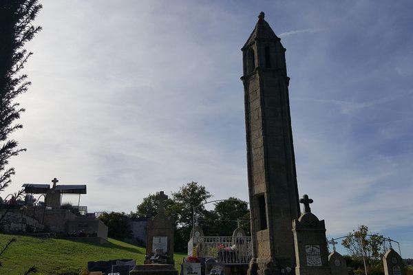 La lanterne des morts de Saint-Agnant-de-Versillat au cœur du cimetière