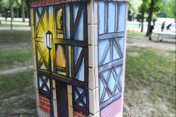 L'artiste a également peint les caissons électriques de Châlons plage dans le style des maisons champenoises