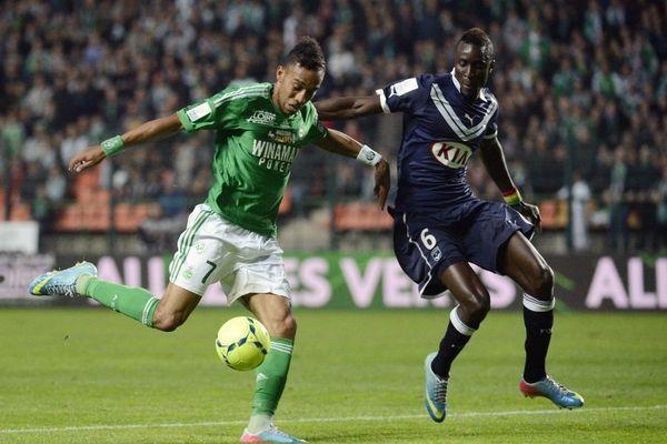 Aubameyang aux prises avec le défenseur bordelais Lamiane Sane durant la rencontre ASSE/Bordeaux (FCGB) le 03 mai 2013 à Geoffroy-Guichard.