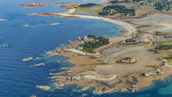 Port-Blanc, sur la côte de granit rose, marque la limite nord du cercle de 100km au départ de Brest.