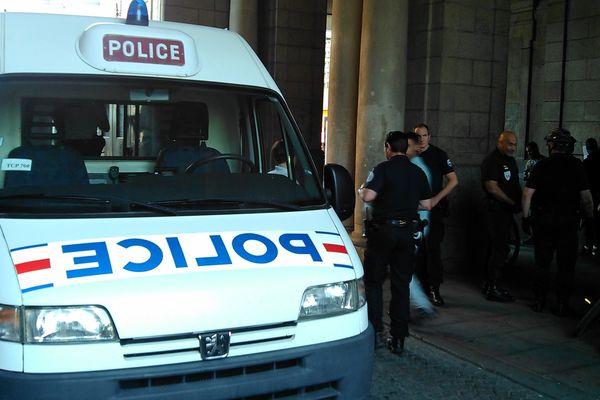 Les policiers ont procédé à des contrôles d'identité auprès de 18 jeunes mercredi soir place de la République à Rennes.