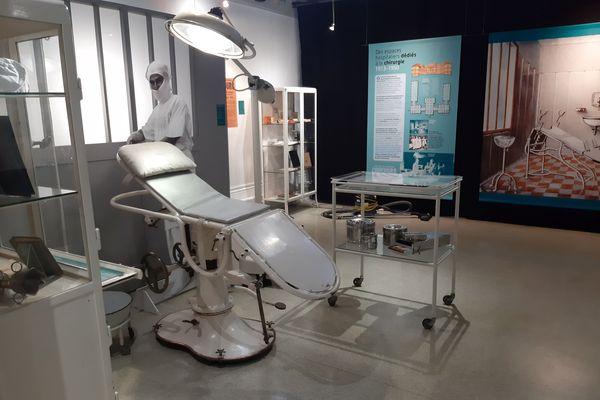 """Une des premières """"salles d'opération"""" reconstituée au Musée grenoblois des sciences médicales"""