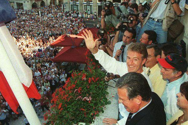 Le 17 juillet 1998, cinq jours après le sacre des Bleus, le capitaine Didier Deschamps était venu au balcon de la mairie de Bayonne pour rencontrer les habitants.