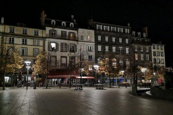 A Clermont-Ferrand, le couvre-feu a laissé déserte la place de la Victoire, d'ordinaire animée.