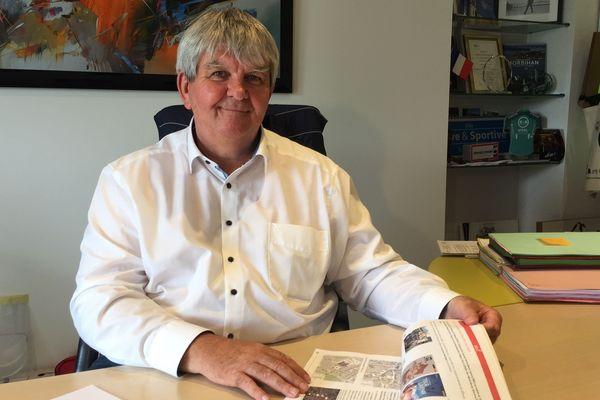 Yves Bleunven, maire de Grandchamp devant le dossier de candidature de la ville pour accueillir une étape du tour de france en 2023