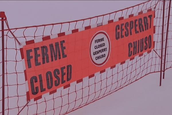 Mise en examen de l'enseignant responsable du groupe de lycéens. La piste de Bellecombe était interdite d'accès. les entrées de la piste étaient fermées avec des filets et une information en quatre langues.