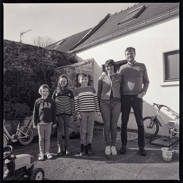 Clothilde, secrétaire du maire de la petite commune bretonne de Goulien et sa famille / © Françoise Dorelli et Thomas Symonds
