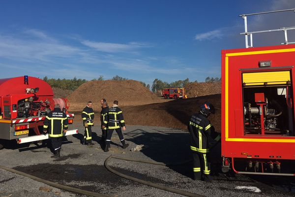 Intervention des sapeurs-pompiers du Puy-de-Dôme pour lutter contre le feu dans un tas de bois de 3000 mètres carrés