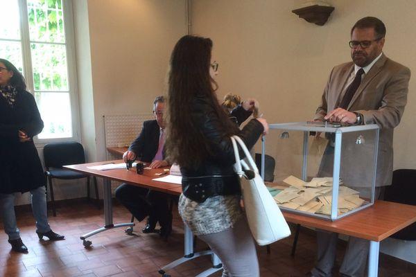 Dans un bureau de vote de Réau, en Seine-et-Marne, le 7 mai 2017.