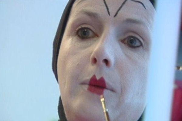 Séance de maquillage pour Philomène, qui emprunte les traits de la comédienne Marie-Emilie Nayrand