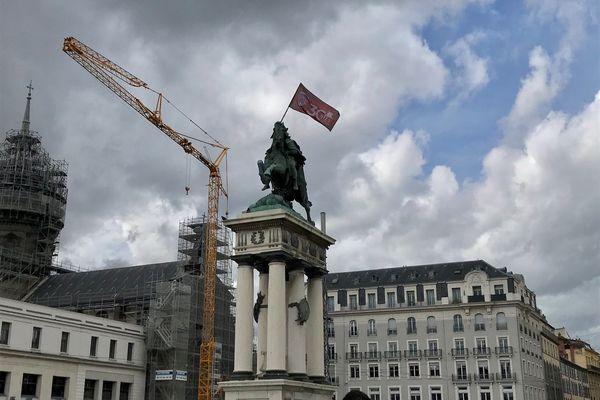 Place de Jaude, à Clermont-Ferrand, la statue de Vercingétorix brandit le drapeau du Clermont Foot 63.