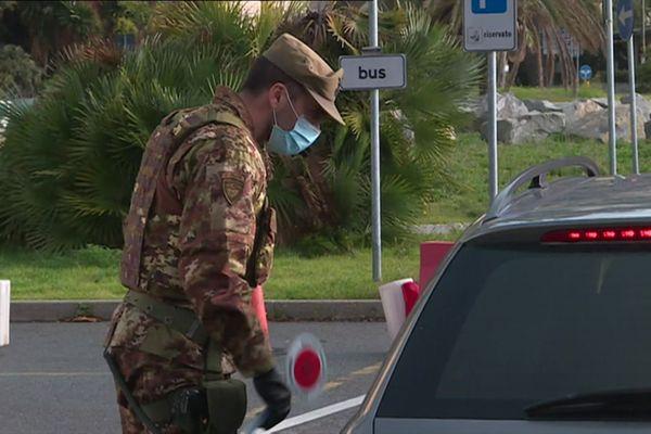 Les carabiniers arrêtent voitures et piétons.