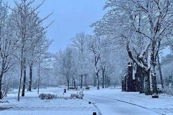Un parc de Rodez (Aveyron) sous la neige ce vendredi 19 mars.