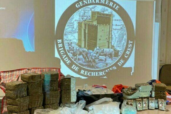 20 kg de résine de cannabis, plus de 3kg de cocaïne,517 cachets d'ecstasy, des véhicules, des armes, et plus de 50 000 € ont été saisis lors des perquisitions.