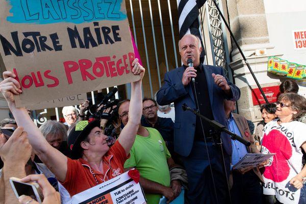 Manifestation de soutien au maire de Langouët, Daniel Cueff, devant le tribunal administratif de Rennes en août 2019