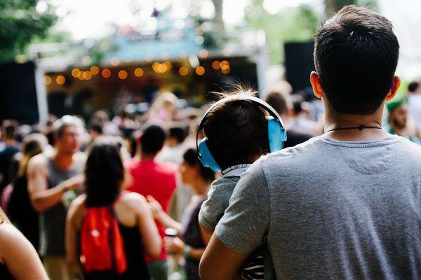 À Montréal (Canada), Piknic électronik rassemble plusieurs milliers de festivaliers autour de la musique électronique chaque été depuis 2003.