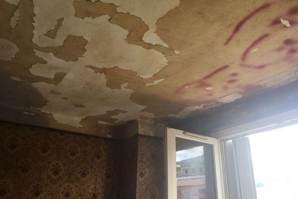 La tapisserie est défraîchie et le plafond tombe en lambeaux