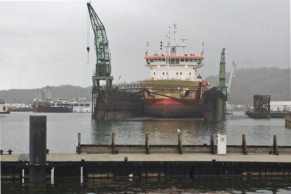 16 novembre 2020 : une drague s'apprête à sortir du dock flottant du port de Rouen.