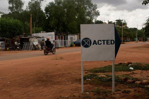 Panneau de l'ONG Acted à Niamey au Niger où six humanitaires français ainsi que leur guide et leur chauffeur ont été tués.